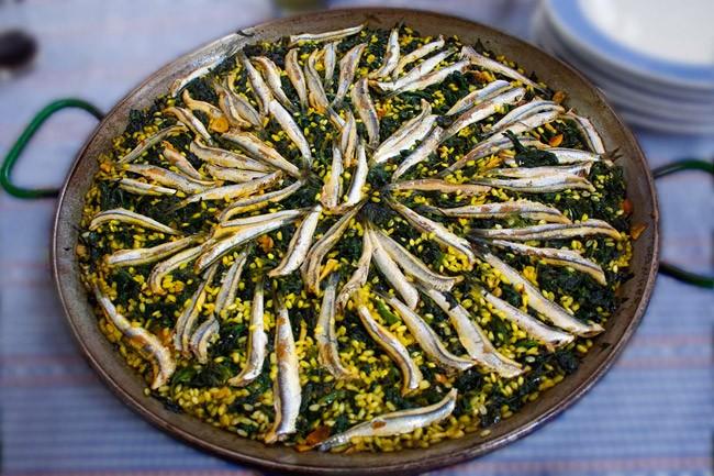 Riz, épinard et anchois au vinaigre dans un plat à paella - Paellas de José