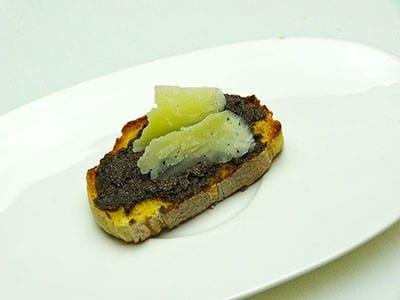 Tapas, montadito de tapenade et manchego proposé par Paellas de José